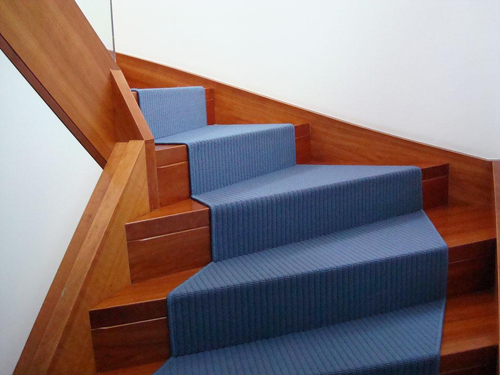 Bildergalerie blaue teppichstufen auf holztreppen - Treppen teppichfliesen ...