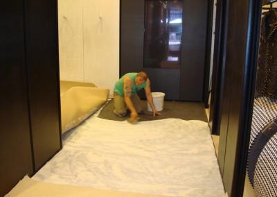 Teppich in Chanel-Shop 02: Auftragung des Klebers