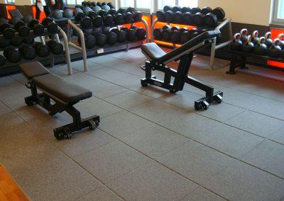 Bodenbelag für Kraftraum im Fitnessstudio