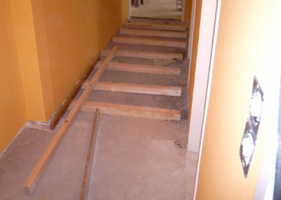Laminat auf Unterboden. Unterkonstruktion: 5/8 Staffeln, inzwischen Dämmwolle, V-100 Platten und abschließend Laminatboden.