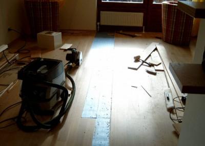Stellenweise Parkettreparatur 02: Reinigung und vorbereitung der Spalte