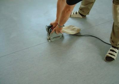 Grauer PVC-Bodenbelag 04 - Fräsen der Nähte