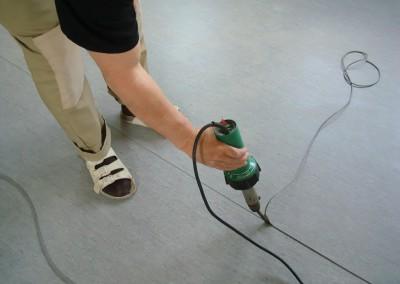 Grauer PVC-Bodenbelag 05 - Schweißen der Nähte