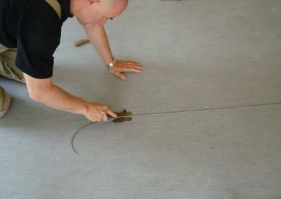 Grauer PVC-Bodenbelag 06 - Schweißdraht zuschneiden
