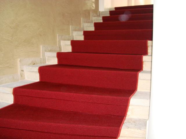 Bildergalerie - roter Teppichboden auf Stufen