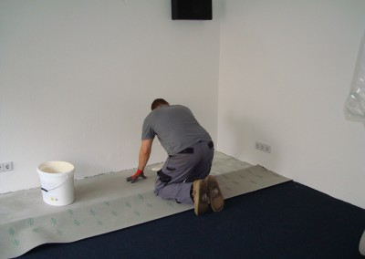 Teppich im Lichtgeschäft 02: Zuschnitt des Teppichbodens