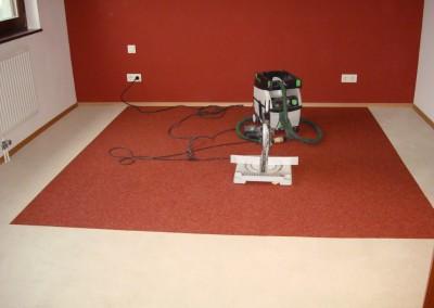 Teppichfliesen im Schlafzimmer 04: Montage der Sockelleisten aus Holz