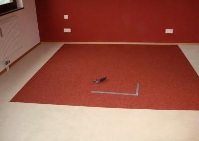 Teppichfliesen im Schlafzimmer 06: Zuschnitt der Sockelleisten aus Holz