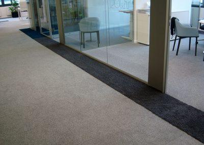 Velours-Teppichfliesen in Bürobereich